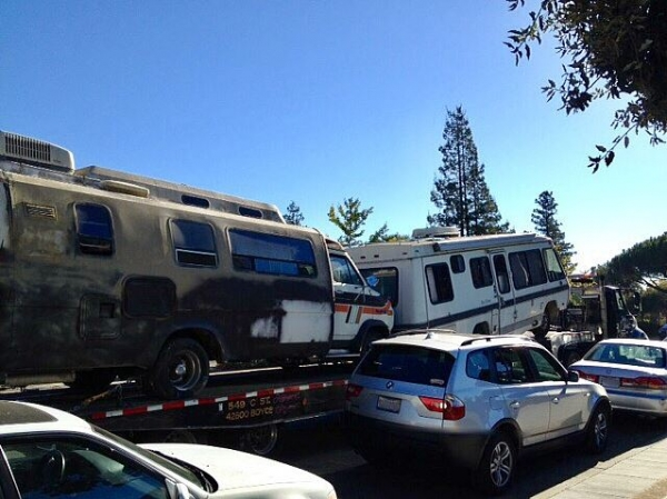 City tows unmoved RVs, trailer on El Camino Real | News | Palo Alto