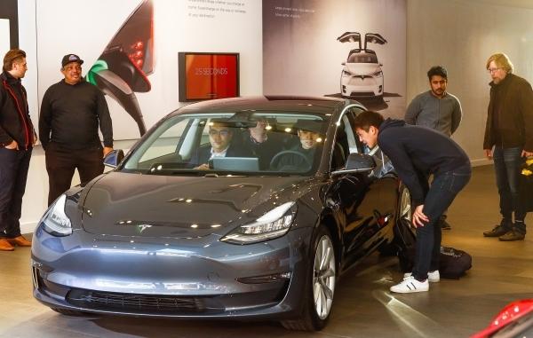 Coronavirus Weekend Update Palo Alto Mayor Responds To Elon Musk S Threat To Move Tesla Over Health Orders News Palo Alto Online